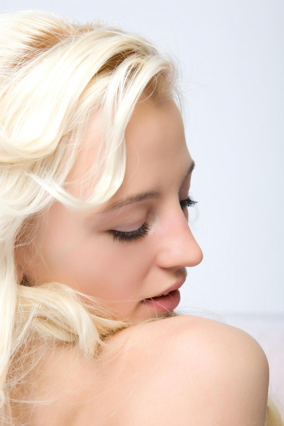 Самая хорошенькая модель со свелыми волосами Alysha A спускает черный корсет и показывает бритую вагину