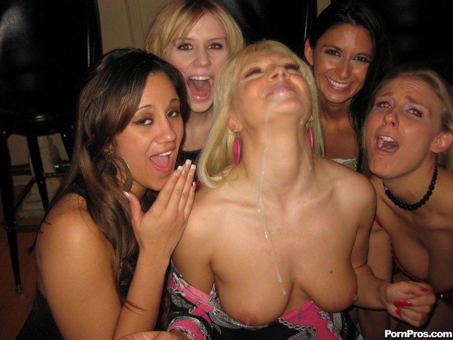Пьяная модель со свелыми волосами Lea Lexus принимает фаллос в свою вульву