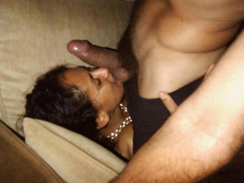 Черная особа радостно берет в рот член возлюбленного у себя в квартире