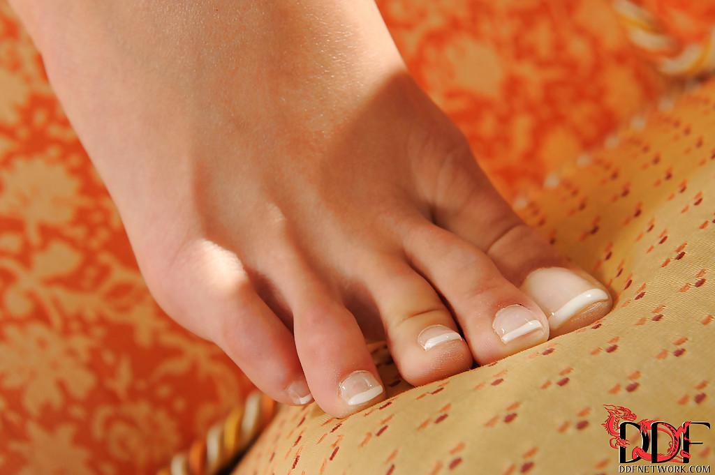 Фетишистка восхищается новыми туфлями и обнажает вагину