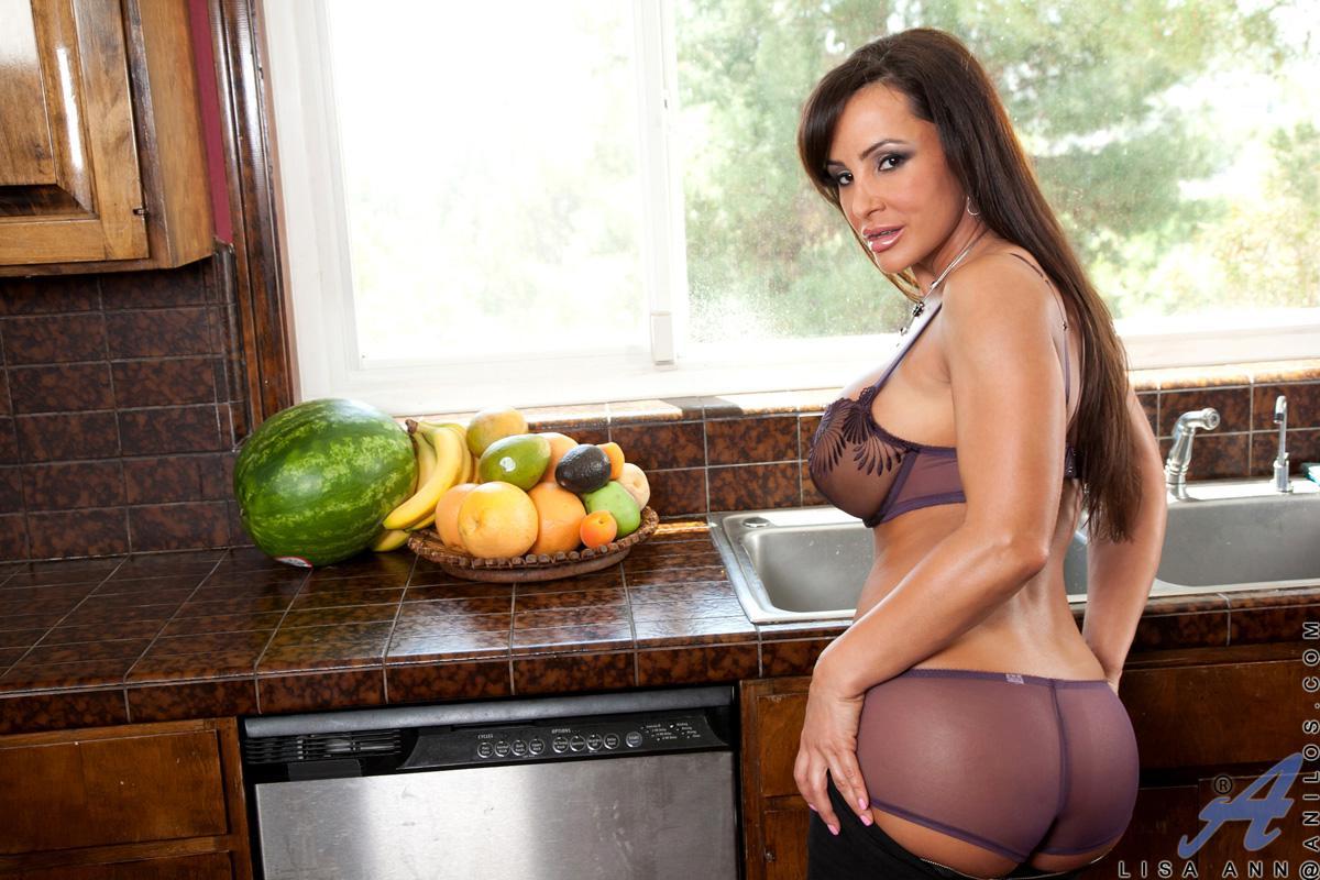 Лиза Энн растопыривает свои круглые ягодицы Она одна из самых похотливых и грудастых девок