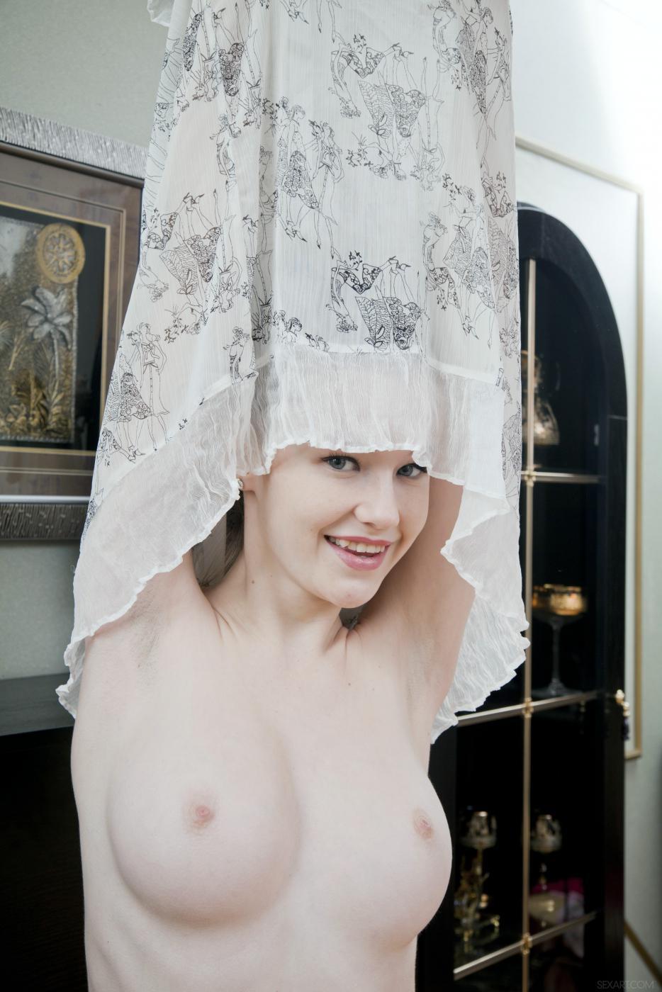 Негодная красотка-брюнетка Emily Bloom похотливо снимает одежду, соблазняя раздетым торсом