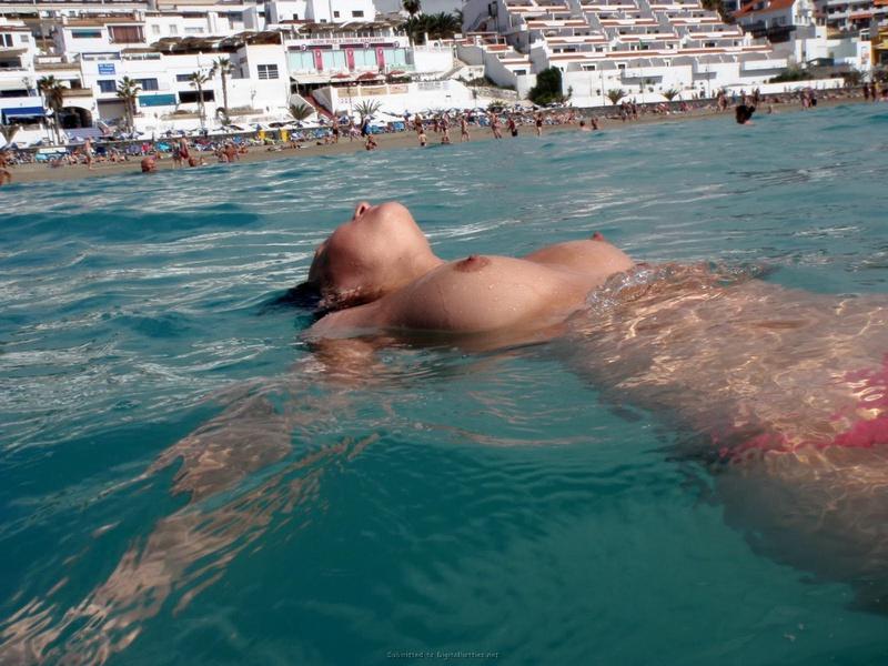 Возбужденная тёлка загорает у моря топлесс