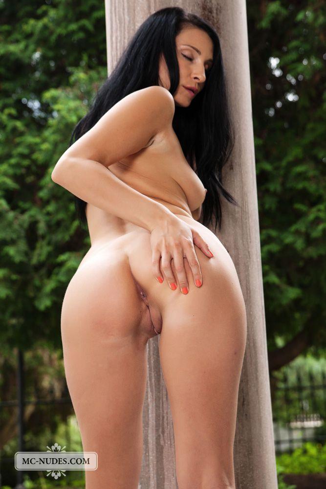 Сексуальная темноволосая девка Kat Mcnudes обнажает свое нагое тело в разных позах и дрочит