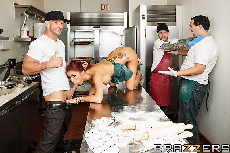 Восхитительная милашка Моник Александер лижет и занимается сексом со своим подчиненной на кухне