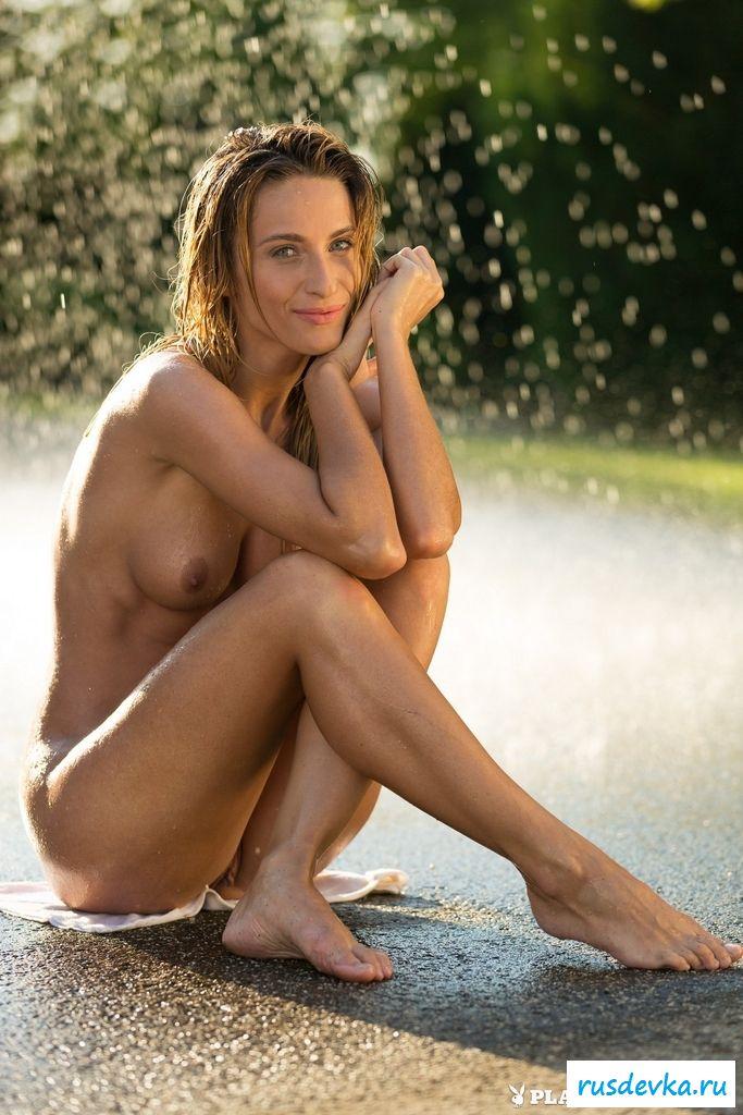 Роскошная обнаженная сучка под дождем