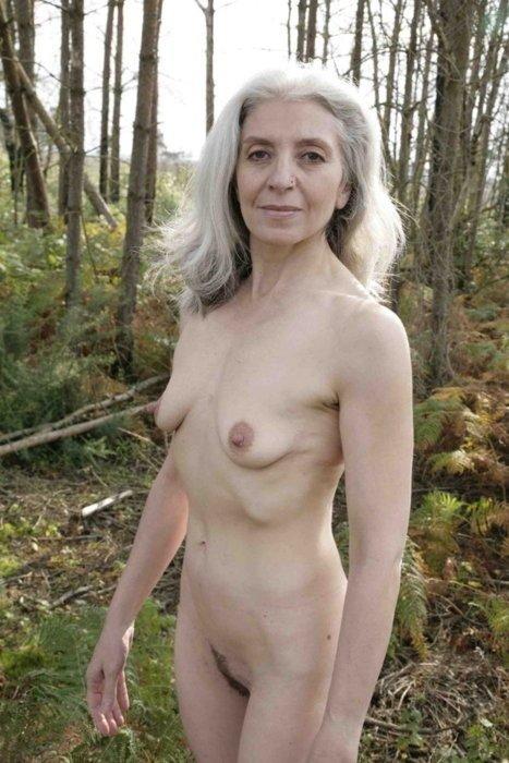 Старая путана захотела сделать последнюю эротическую фото сессию, она обожает сосать хуи