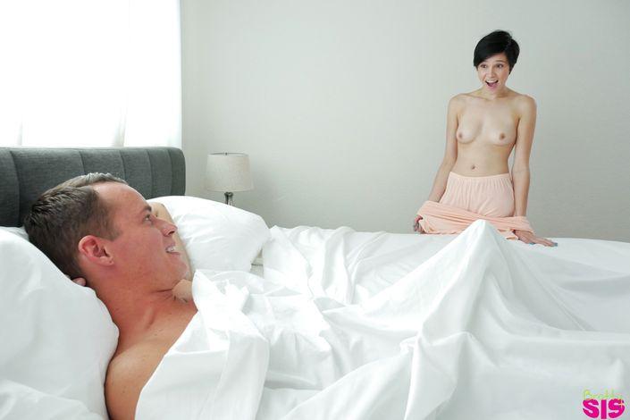 Изящная молоденькая русая порноактрисса заглатывает член у брата и пробует сперму на вкус