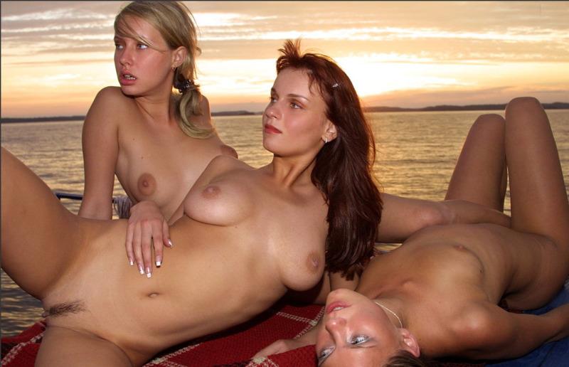 Три сучки на закате фотографируются без трусов на яхте