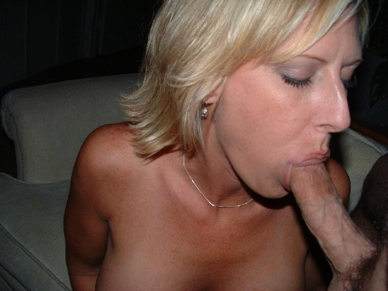 Возрастная блондинка сосет писюн оголив дойки