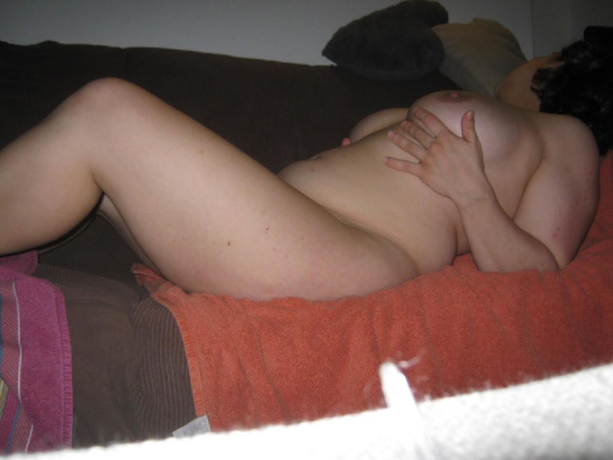 Роскошные сисяндры любительской пышечки, которые она засняла скучая в комнате