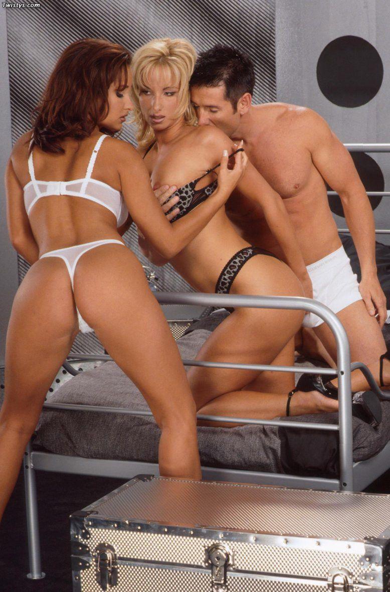 Judit Twistys и Wanda Clooney делают минет своего хахаля и предлагают ему воспользоваться их хорошими дырочками по очереди