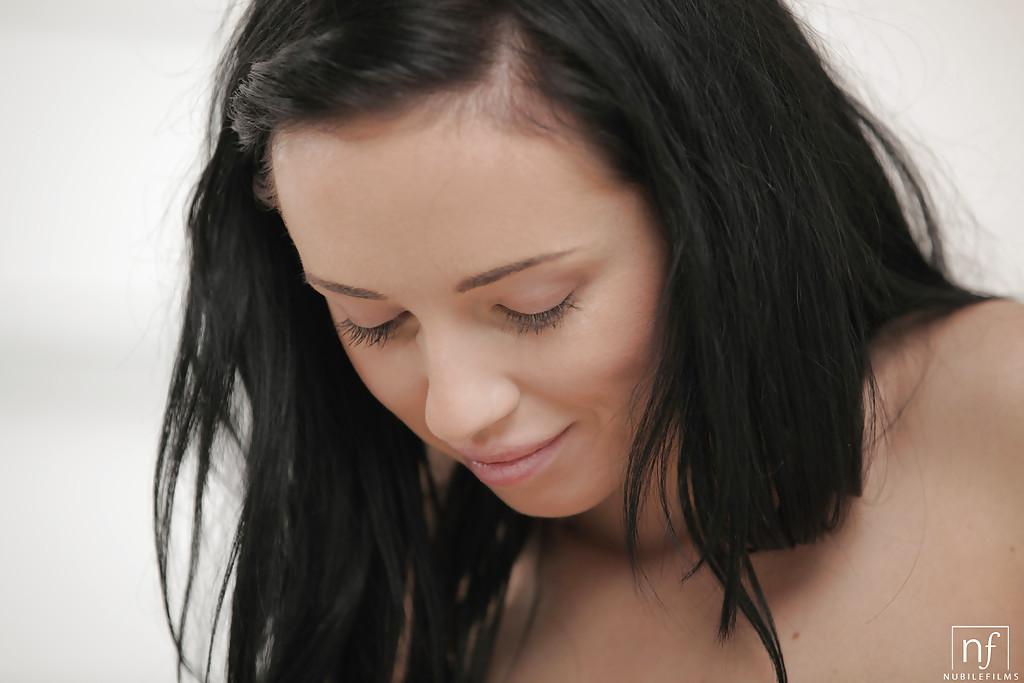 Темноволосая девка стащила вещи и, отодвинув трусики, массирует секель секс фото