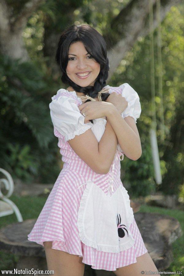 Хорошо сложенная латинская красавица Natalia Spice снимает одежду