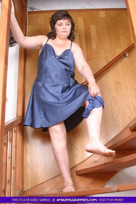 Возрастная русская полнушка, гуляя по дому в ночнушке, скинула с себя трусики