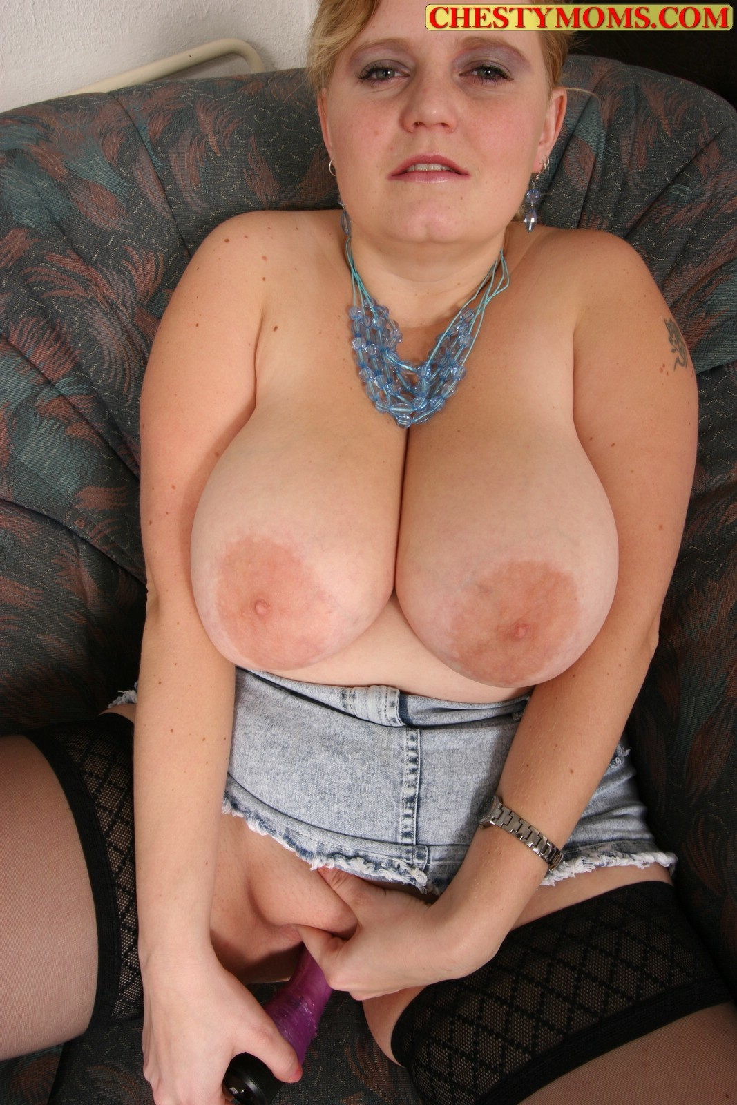 Жирная Жанет с крупными буферами и объемной фигурой