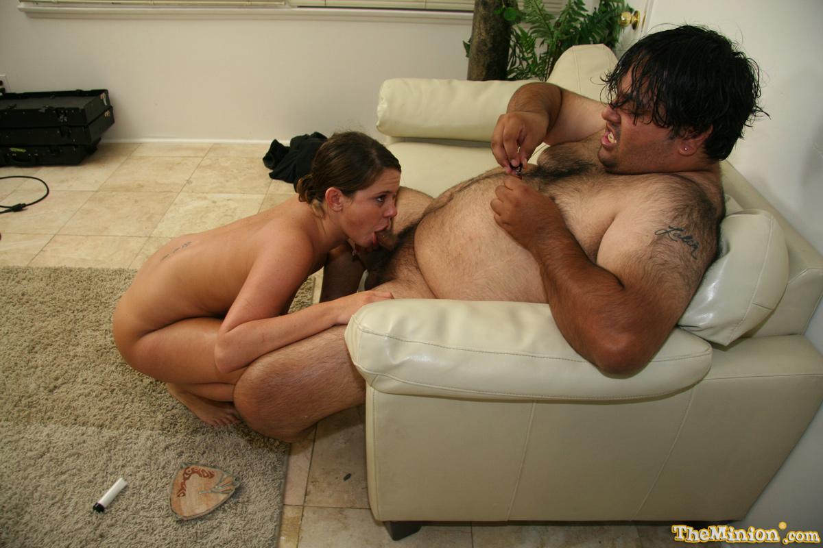 Большой паренек приближается к сильному оргазму, когда Savannah Stern глубоко засасывает его хер