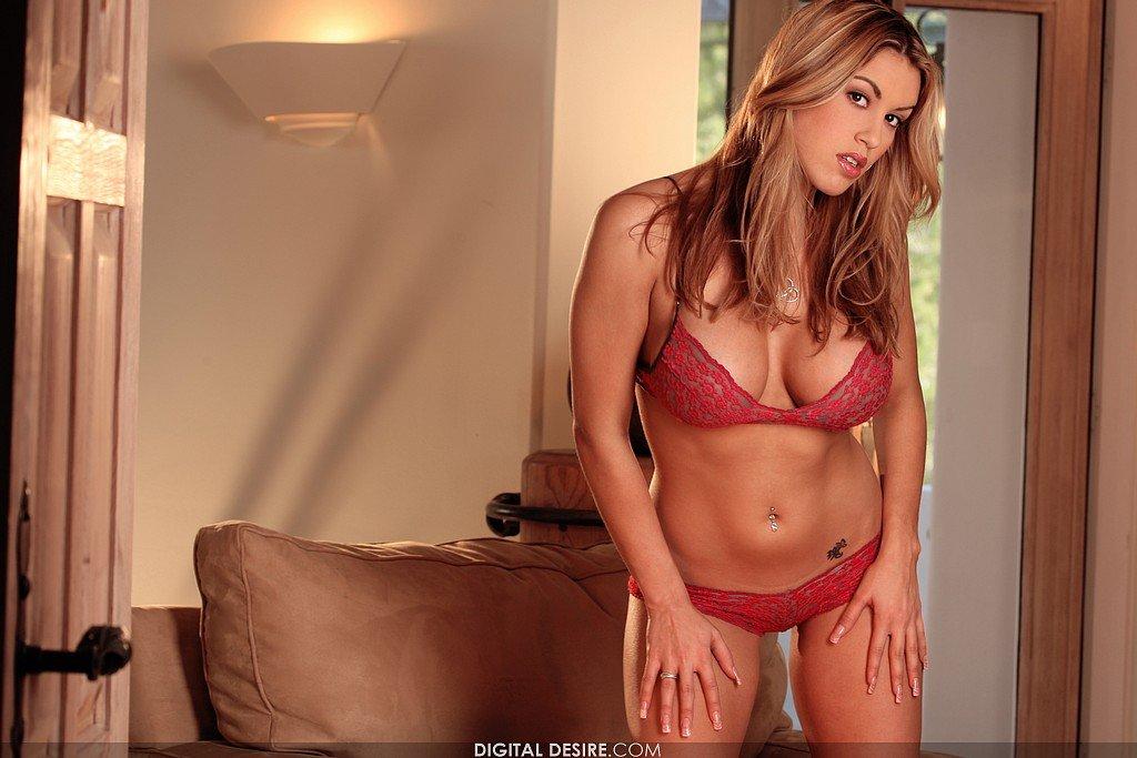 Няшка с формами и огромными сиськами Megan Jones снимает соблазнительное красное белье