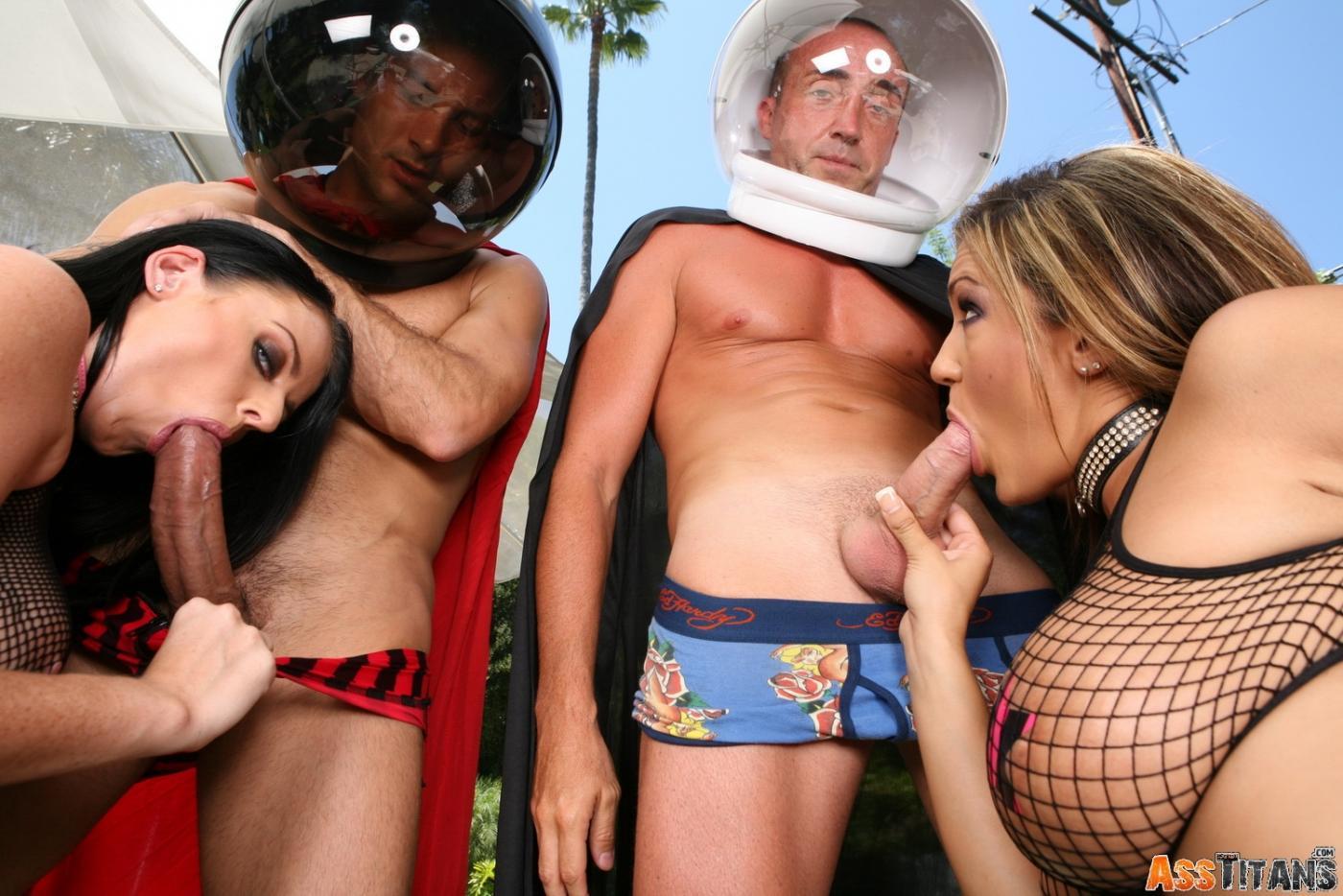 Любительницы порева в очко Trina Michaels и Софи Ди получают наслаждение в групповухе вида ЖЖММ