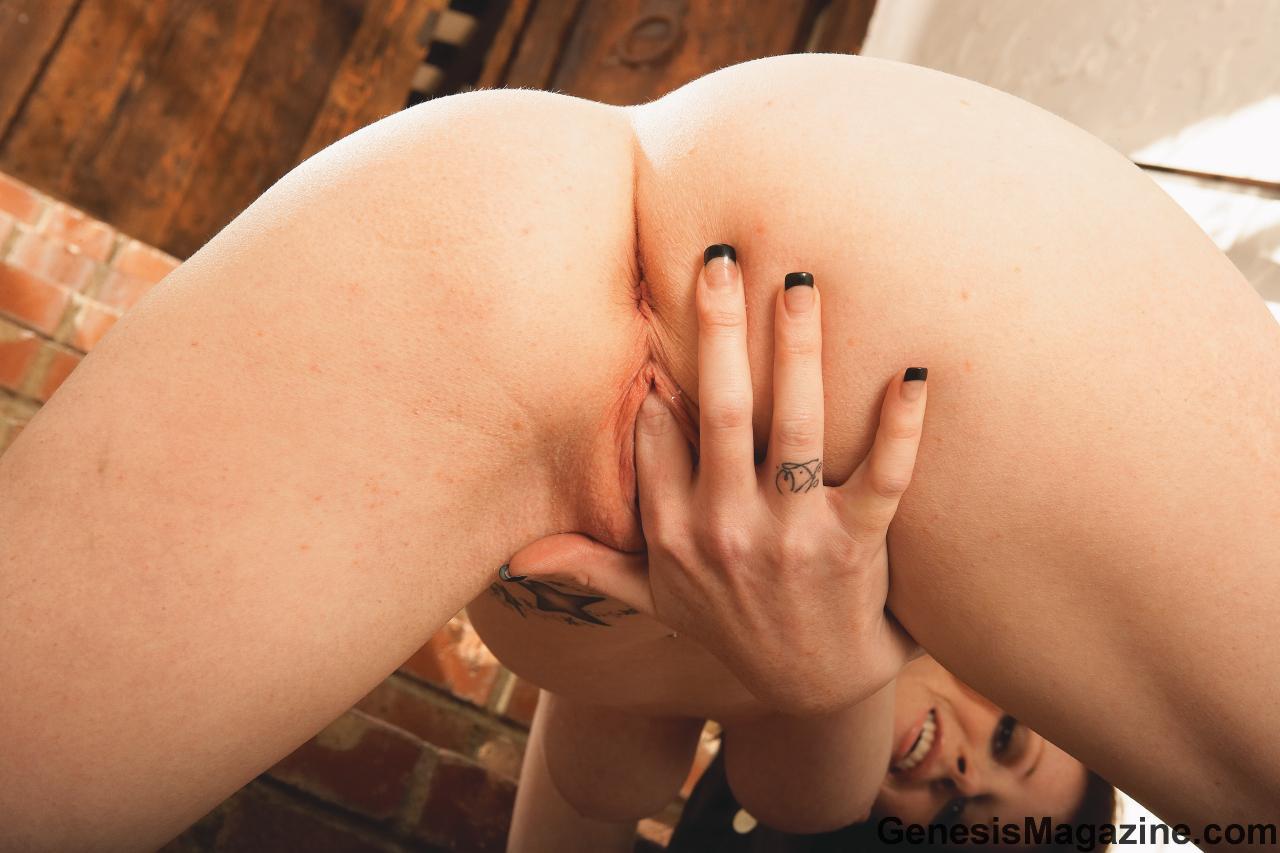 Чувственная стройняшка Nikki Rhodes спускает свои черные стринги и демонстрирует свою гладкую розовую вагину