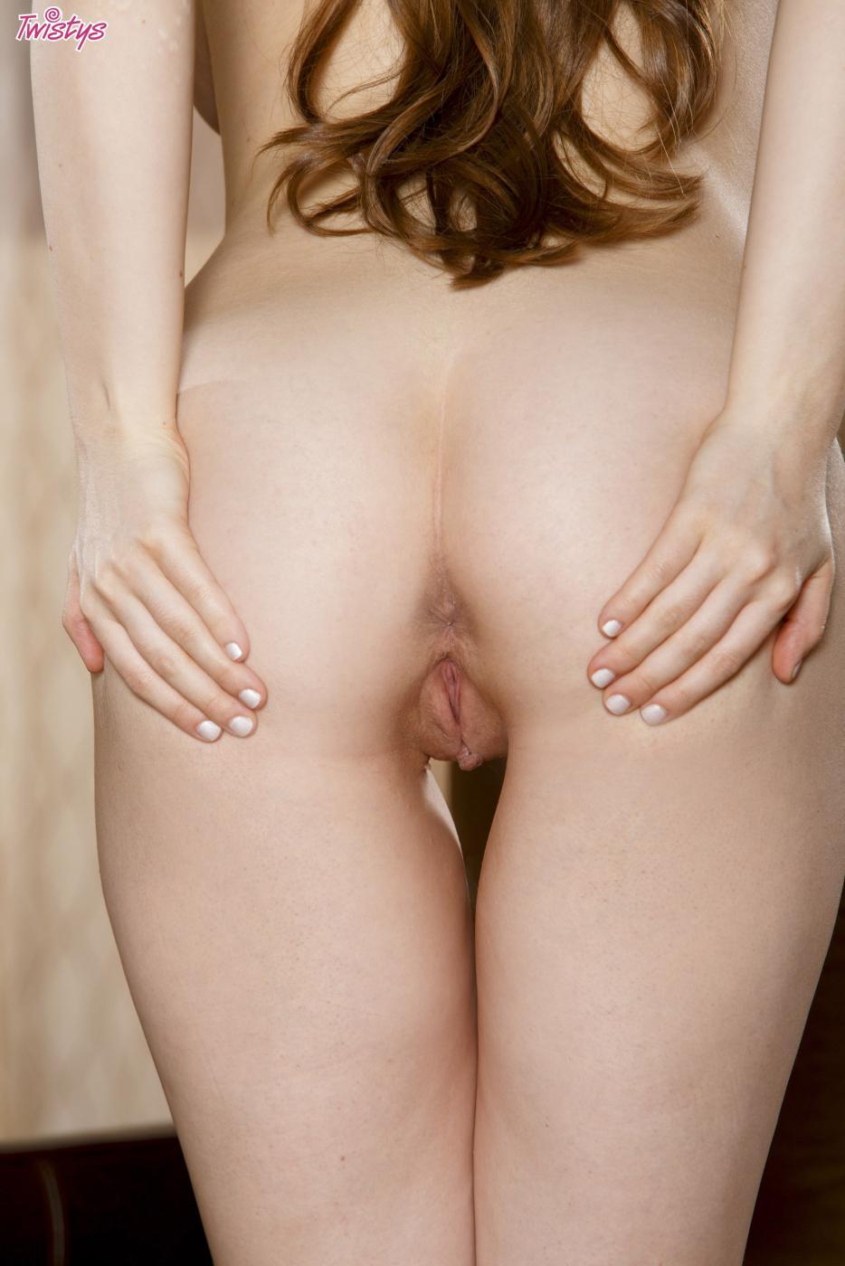 Непослушная красотка Jessi June приглашает тебя посмотреть свою роскошную вагину, которую она мастурбирует пальчиками