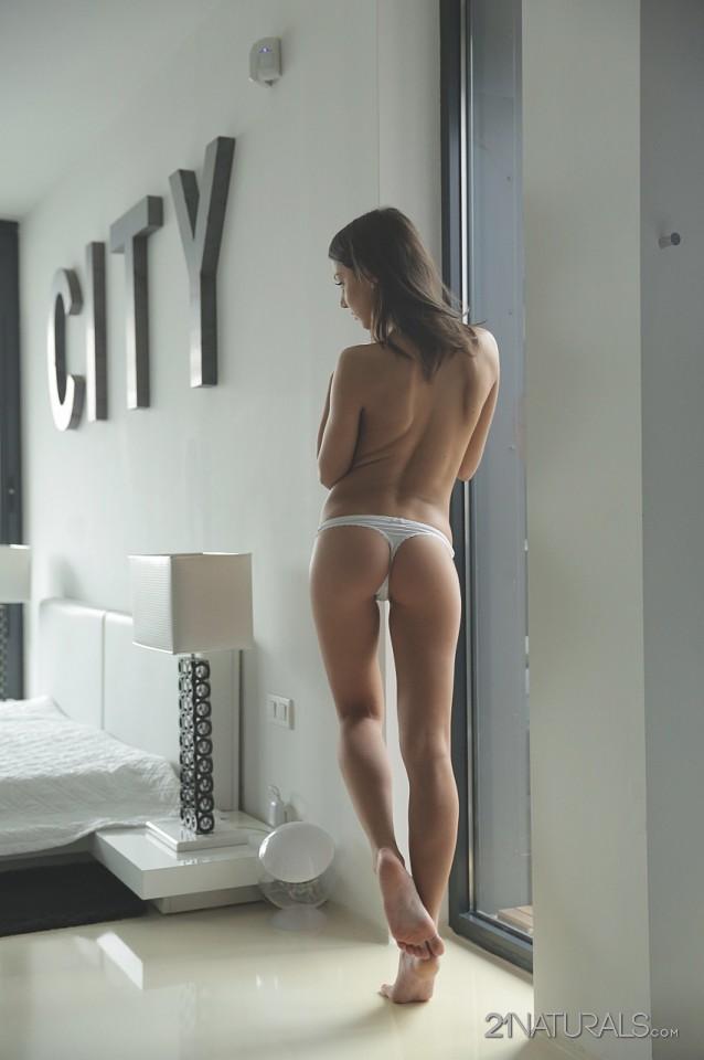 Обворожительное туловище совершеннолетней голой проститутки Foxi Di двигается на твердом писюне