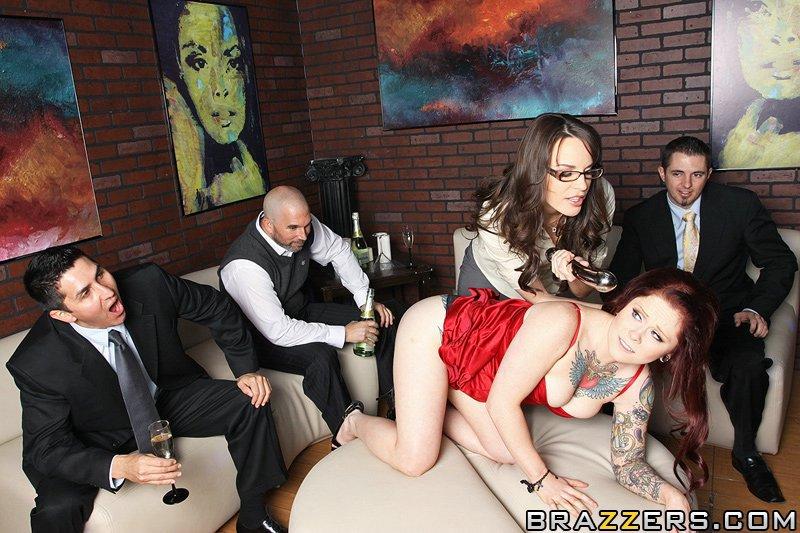Дана Деармонд и Misti Dawn занимаются лесби-сексом перед любопытным пареньком