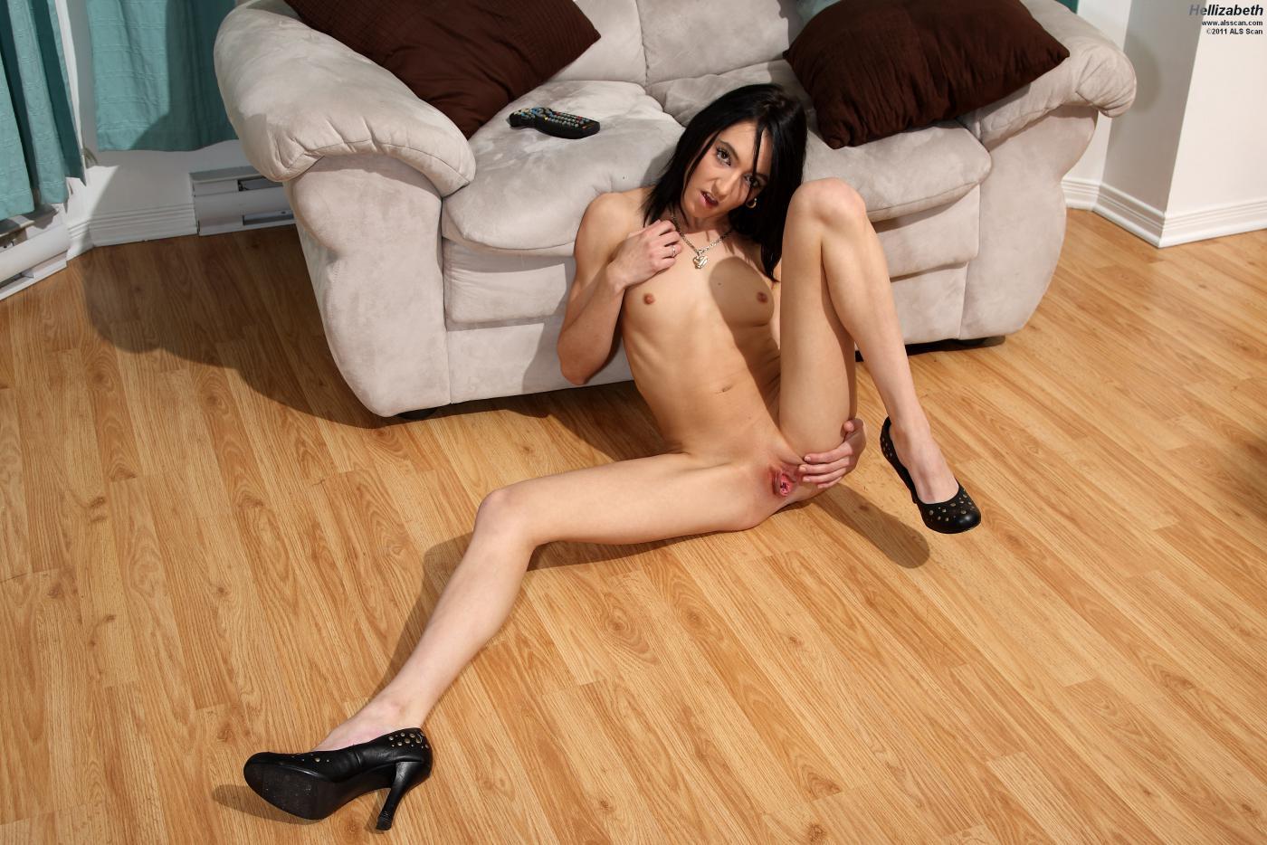 Юная брюнетка на высоких каблуках Hellizabeth растопыривает нагие ноги и мастурбирует манду