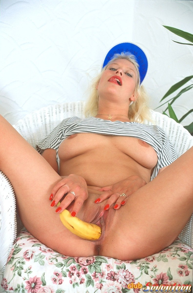 Озабоченная блондинка захотела отжарить себя ершиком от унитаза, помастурбировать в джакузи, ну а дальше в ход пошел банан