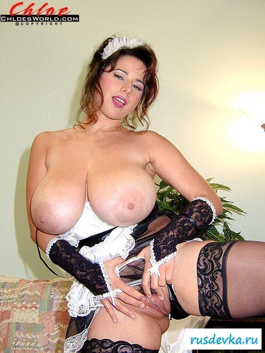 Сисястая голая домохозяйка убирается в доме