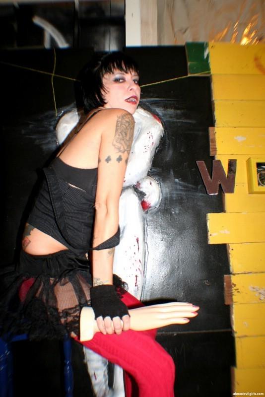 Татуированная вампирша обнажает пилотку