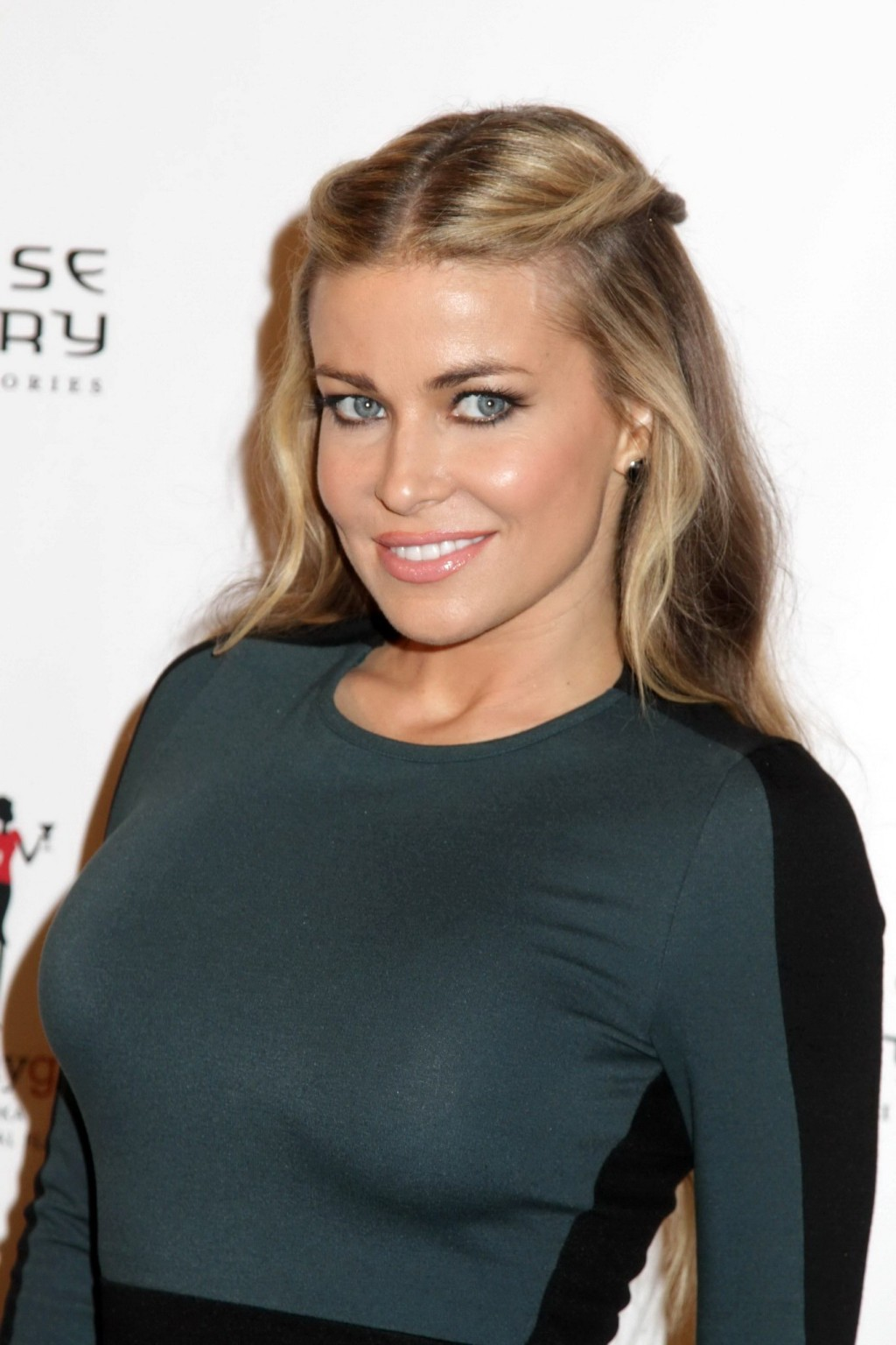 Неимоверно прекрасная актриса с крупной грудью позирует перед камерой
